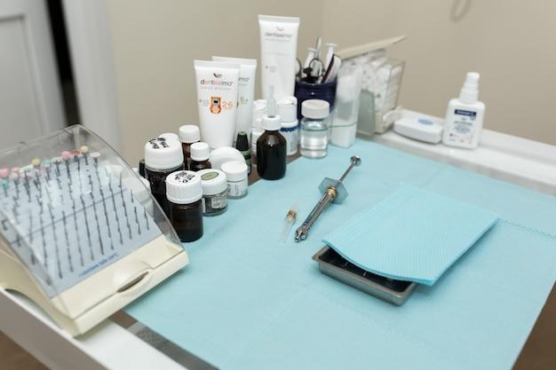 Tandspuit voor anesthesie ligt op de tafel met andere medicijnen.