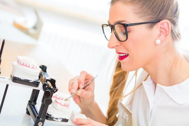 Tandtechnicus die gebit produceert