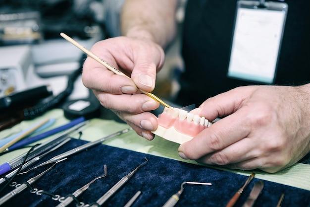 Tandtechnicus manifacturing medische tand prothese in laboratorium