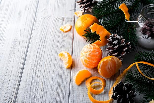 Tangerine en dennentakken