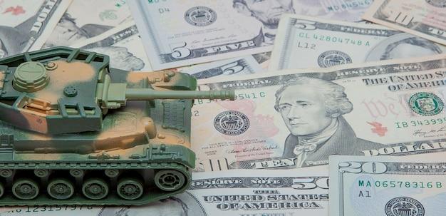 Tank bovenop dollarbiljetten