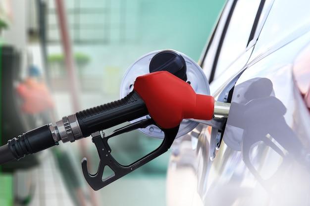Tank de auto met benzine