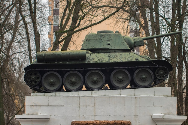 Tank op de sokkel bij het huis in het park.