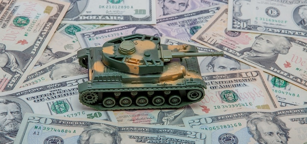 Tank tegen de achtergrond van dollars. concept van oorlog.