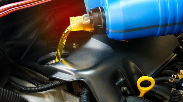 Tanken en gieten van oliekwaliteit in de motorauto transmissie en onderhoudsuitrusting