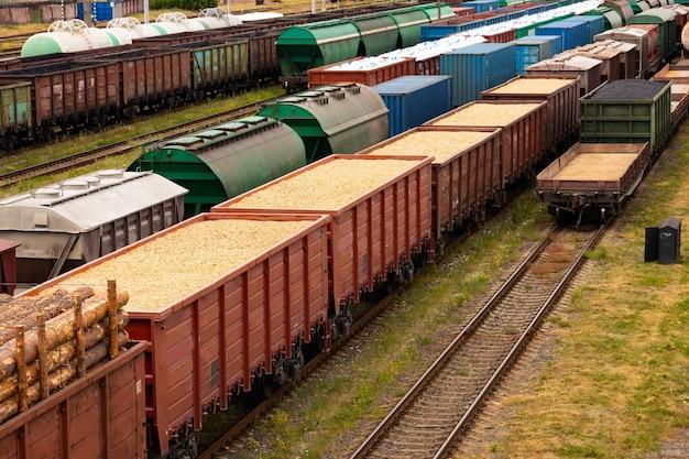 Tanks met brandstof, wagons met lading op een goederentreinstation. logistiek en transportconcept.
