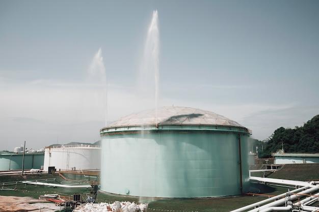 Tanks olie met waternevel brandblusser en koelsysteem.