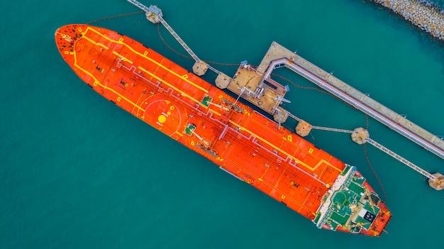 Tankschiplading in havenmening van hierboven, logistieke de importexportzaken van het tankvaartschip