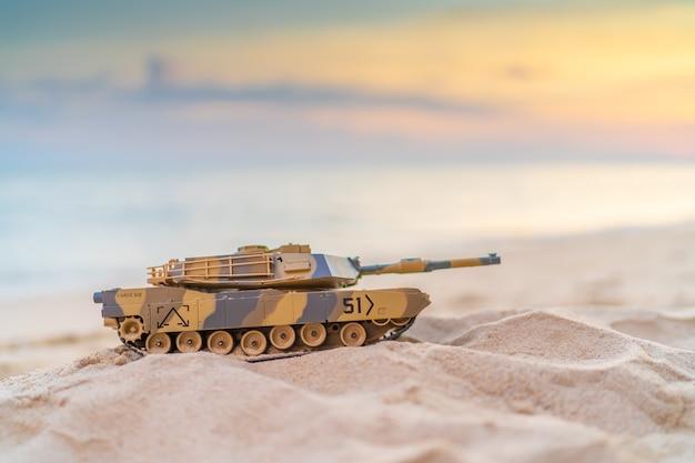 Tankspeelgoed op strandzand in de buurt, navy tank bruin speelgoed