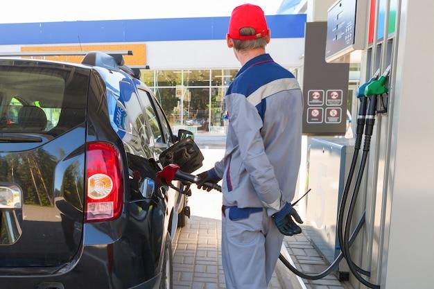 Tankt de auto bij het tankstation.