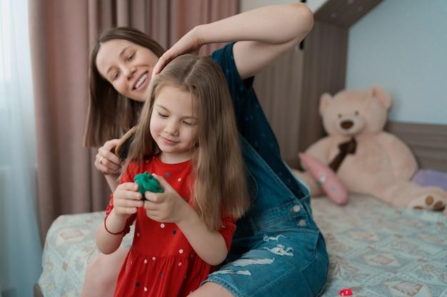 Tante brengt tijd door met haar nichtje