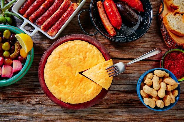 Tapas mix spaanse aardappelen omelet worsten