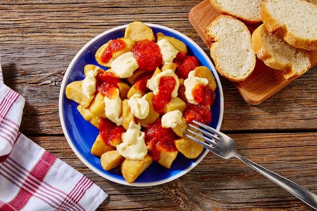 Tapas patatas bravas aardappelgebak met tomaat