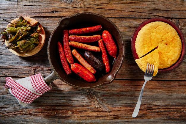Tapas spaanse aardappelenomelet en worsten