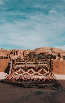 Tapijt in marrakech met uitzicht op de stad