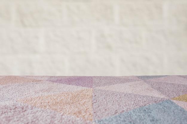 Tapijt lege tafel met bakstenen achtergrond
