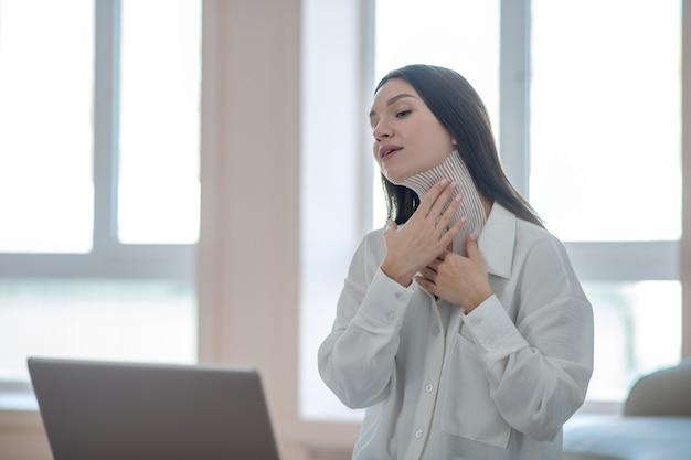 Taping. leuke jonge vrouw die online tutorial leidt en het proces van het vastbinden toont