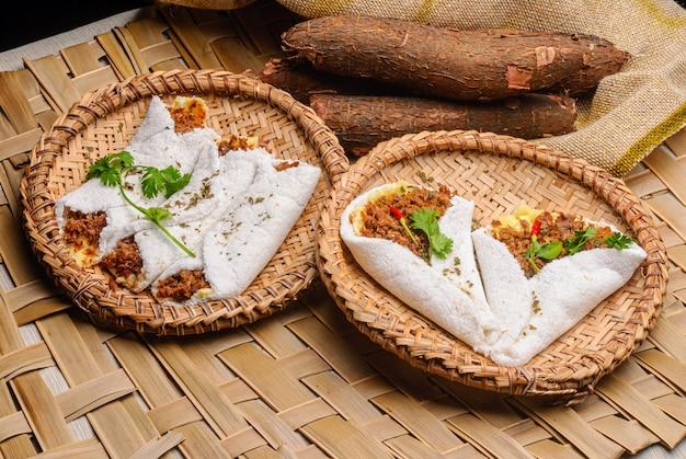 Tapioca met vlees, kaas en boter. eten uit de noordoostelijke regio van brazilië.