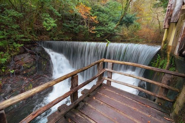 Taramundi, spanje - 19 november 2018: watermolen museum in de herfst landschap, taramundi, galicië, spanje