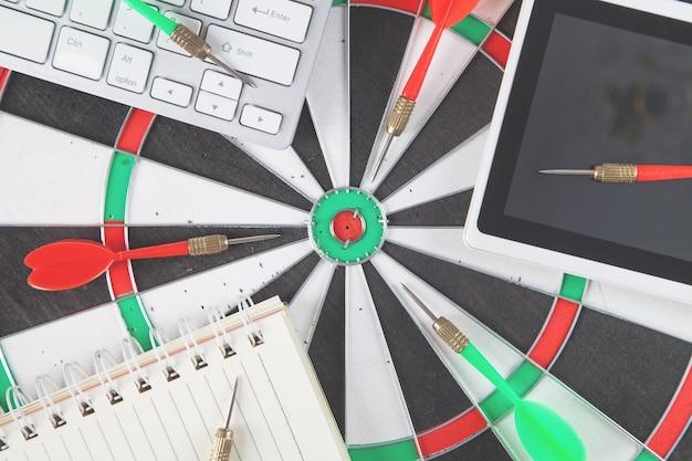 Target dartbord, pijl en zakelijke objecten. doel. succes