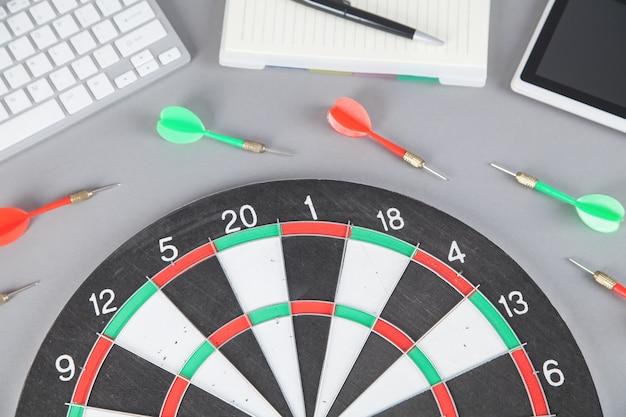 Target dartbord, pijlen en zakelijke objecten. doel. succes