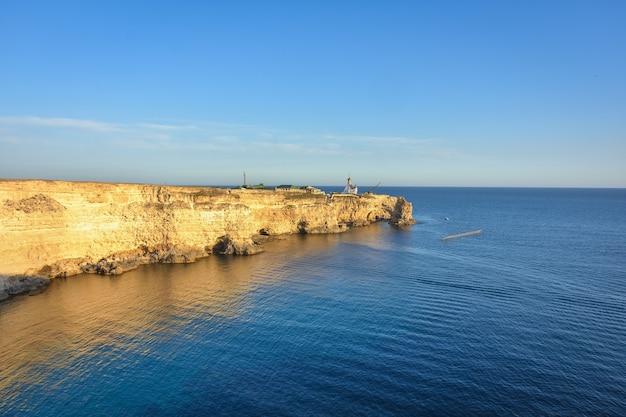 Tarhankut cape met turkoois water aan de westkust van het schiereiland de krim. zomerzeegezicht, beroemde reisbestemming. schilderachtig zeegezicht, de kuststrand van de krim de bergen van jalta van de zwarte zee