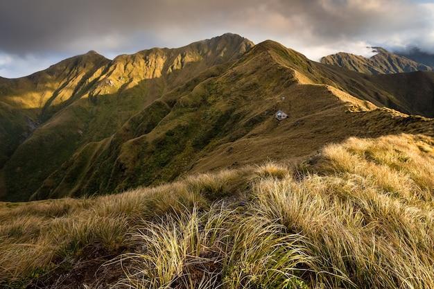 Tarn ridge hut met girdlestone en brockett, northern crossing, tararua range