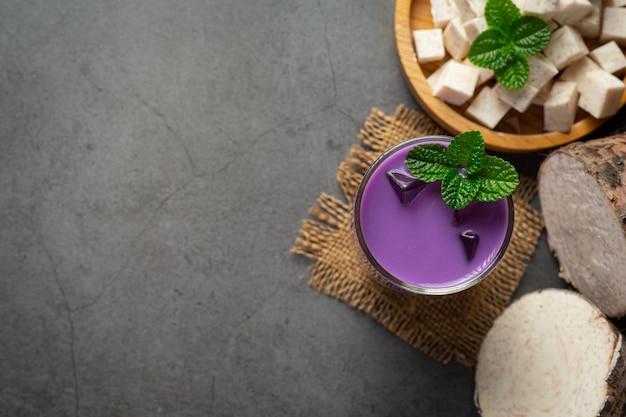 Taro aardappel ijsthee op tafel