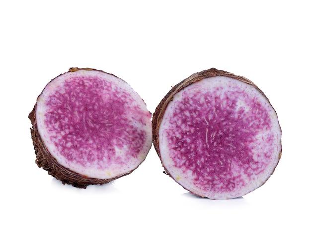 Taro, gesneden van taro geïsoleerd op witte achtergrond