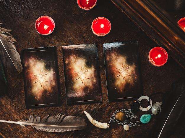 Tarotkaarten en esoterisch concept. magische rituelen. mystieke tafel met details. uitzicht van boven. detailopname