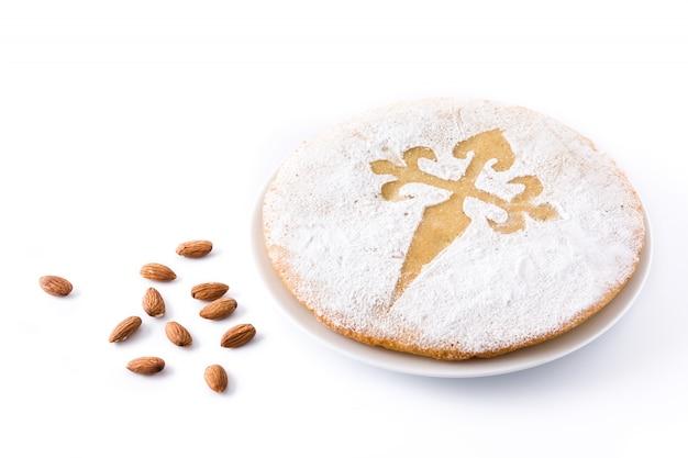 Tarta de santiago de traditionele plak van de amandelcake van santiago in spanje dat op witte achtergrond wordt geïsoleerd