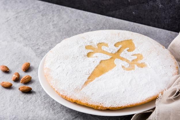 Tarta de santiago. traditionele amandelcake van santiago in spanje op grijze achtergrond