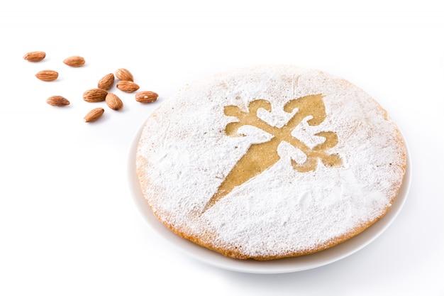 Tarta de santiago. traditionele amandelcake van santiago in spanje, op witte achtergrond wordt geïsoleerd die