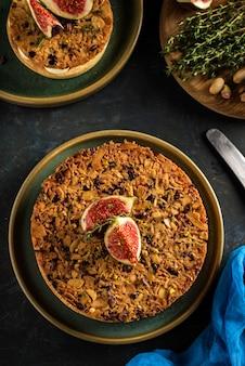 Tarte op zandbasis met verse vijgen, amandelen en knapperige wafel met amandelen en cacaopoeder. verse eigengemaakte vlaai met bessen