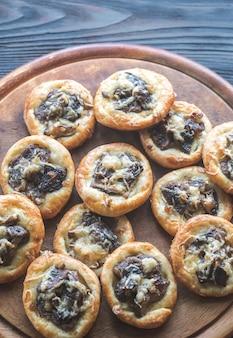 Tartelettes met shiitake champignons en kaas