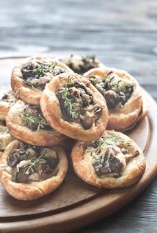 Tartelettes met shiitake-paddenstoelen en kaas