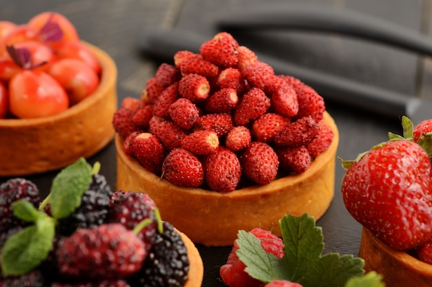 Tartlets desserts met fruit en bessen, assorti assortiment.