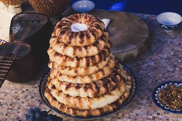 Tarwe en brood, aziatische tortilla's op een houten achtergrond. het midden-oosten. oosterse smaak