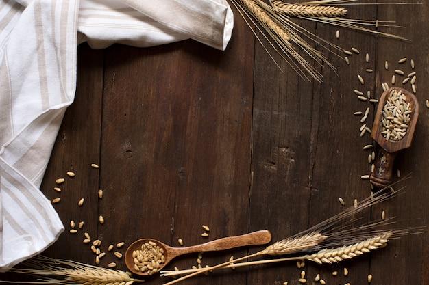Tarwe en spelt op een oude houten achtergrond