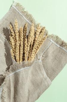Tarweaar van dichtbij op zak graangewas creatief concept met rijke oogst