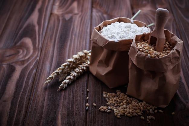 Tarwekorrel en meel in papieren zakken