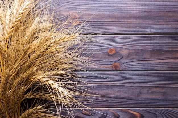 Tarwekorrels op houten plank achtergrondoogstconcept