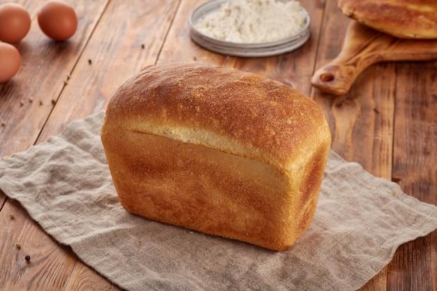 Tarwemeelbrood, houten achtergrond