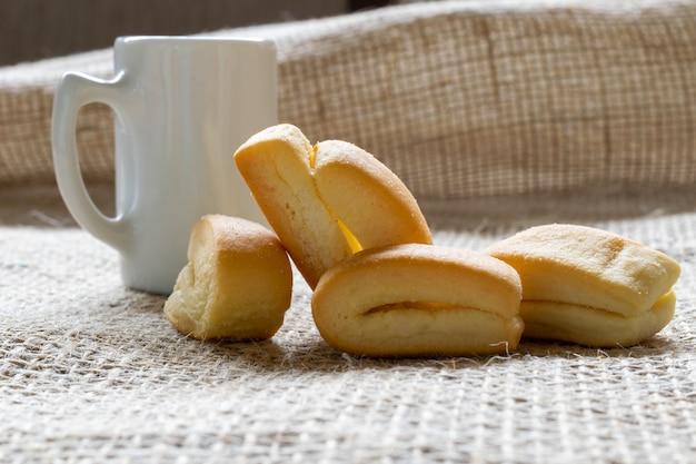Tarwemeelkoekje, bekend als cangalhinha, gebruikt in de paraíba do sul-vallei voor koffie in de huizen van het divino-festival.