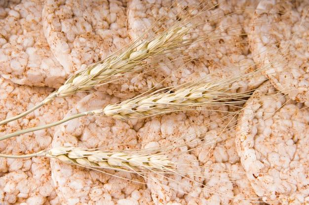 Tarweoren liggen op knapperig brood