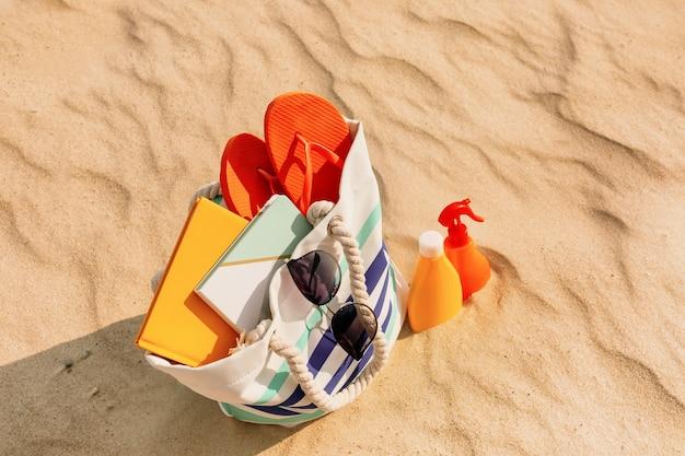 Tas met strandaccessoires in het resort