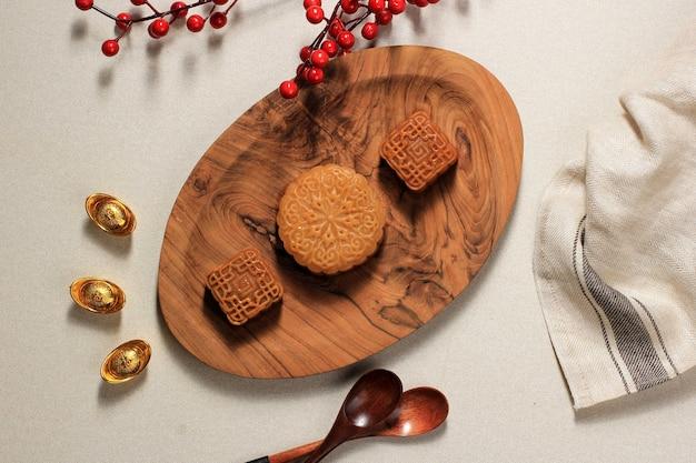 Tasty moon cake chinese dessert snack tijdens lunar new year mid autumn festival, geserveerd met koffie. concept asian bakery, met kopie ruimte voor tekst of advertentie