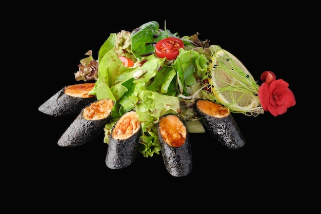 Tataki salade met gemengde groenten, zalm, komkommer, avocado, cherrytomaat, sojascheuten
