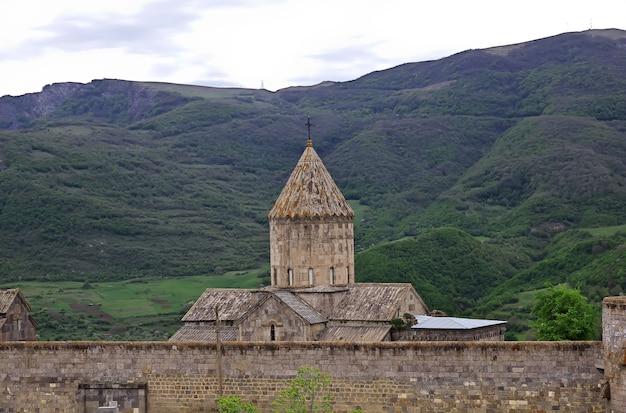 Tatev-klooster in de bergen van de kaukasus van armenië