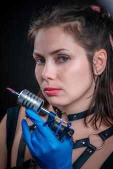 Tattoo specialist kijken naar de camera in een workshop studio.